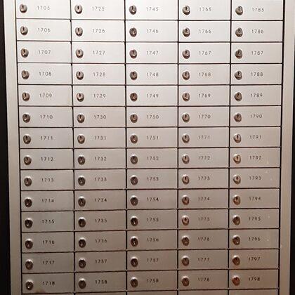 Dzelzs individuālo seifiņu skapis. 100 seifiņi ar atslēgām. Cena 300,00 eur